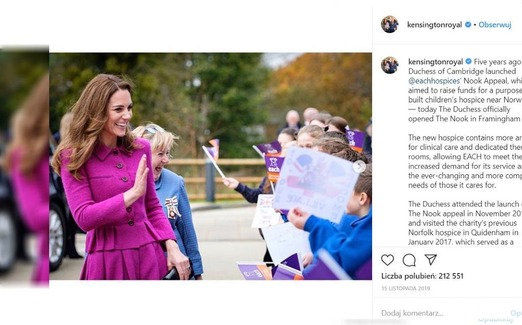 Kate i Wiliam kucają przy dzieciach