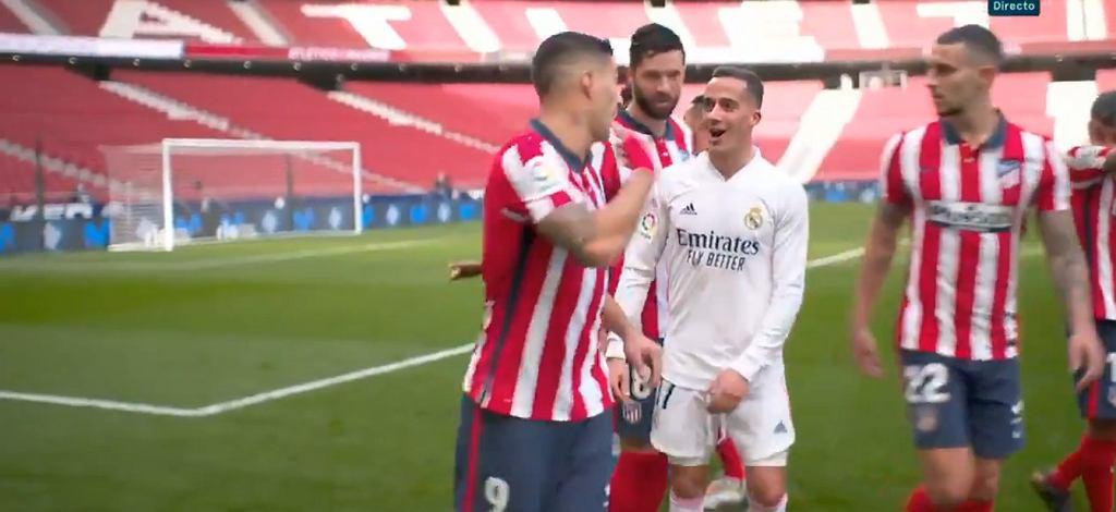 Luis Suarez w rozmowie z Lucasem Vazquezem w przerwie derbów Madrytu