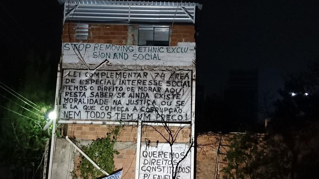 Igrzyska olimpijskie w Rio. Igrzyska olimpijskie w Rio. Rudera w środku Parku Olimpijskiego z hasłami: 'Chcemy praw konstytucyjnych dla faweli'. 'Stop wywłaszczeniom'. 'Zobaczymy, czy jest jeszcze jakaś moralność w sądach'. 'Nie wszystko ma swoją cenę'.