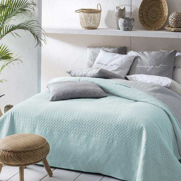 Miętowa narzuta na łóżko do przytulnej sypialni