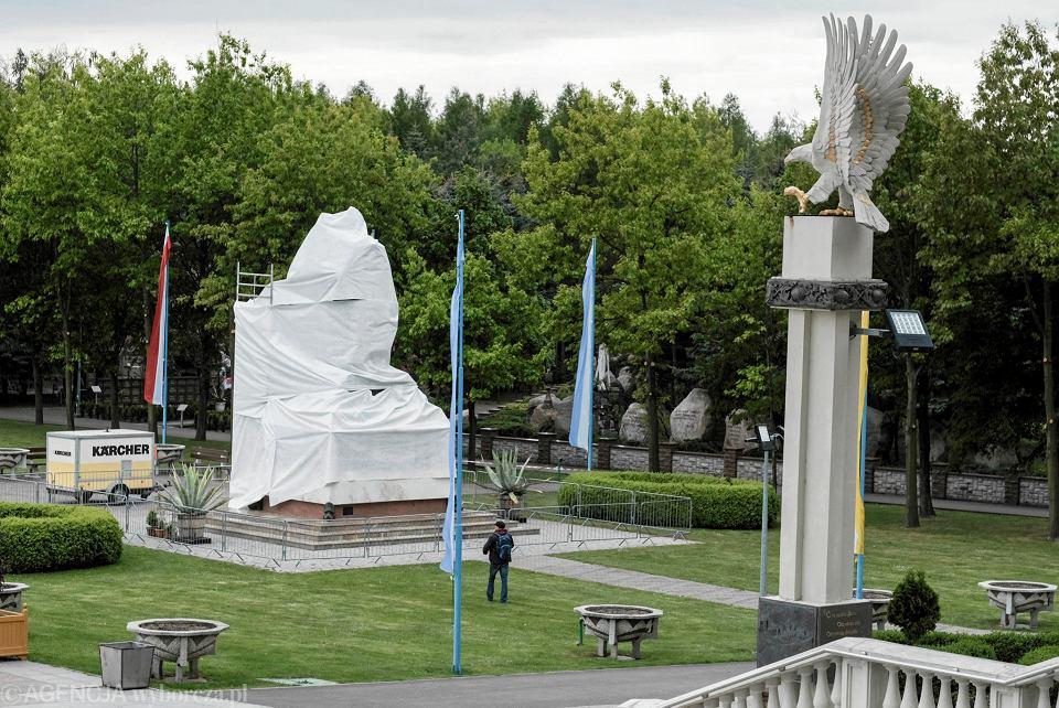 Licheń - zasłonięty pomnik ks. Eugeniusza Makulskiego