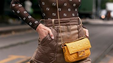 Trend 2020 - bluzka w spodniach