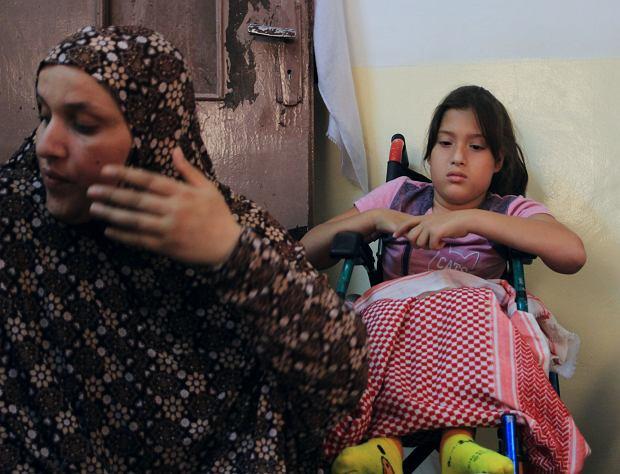 10-letnia Raneem cierpi na wodogłowie. Dziewczynka niedawno poparzyła sobie nogi gorącym napojem. Lekarze z mobilnej kliniki założyli jej opatrunek