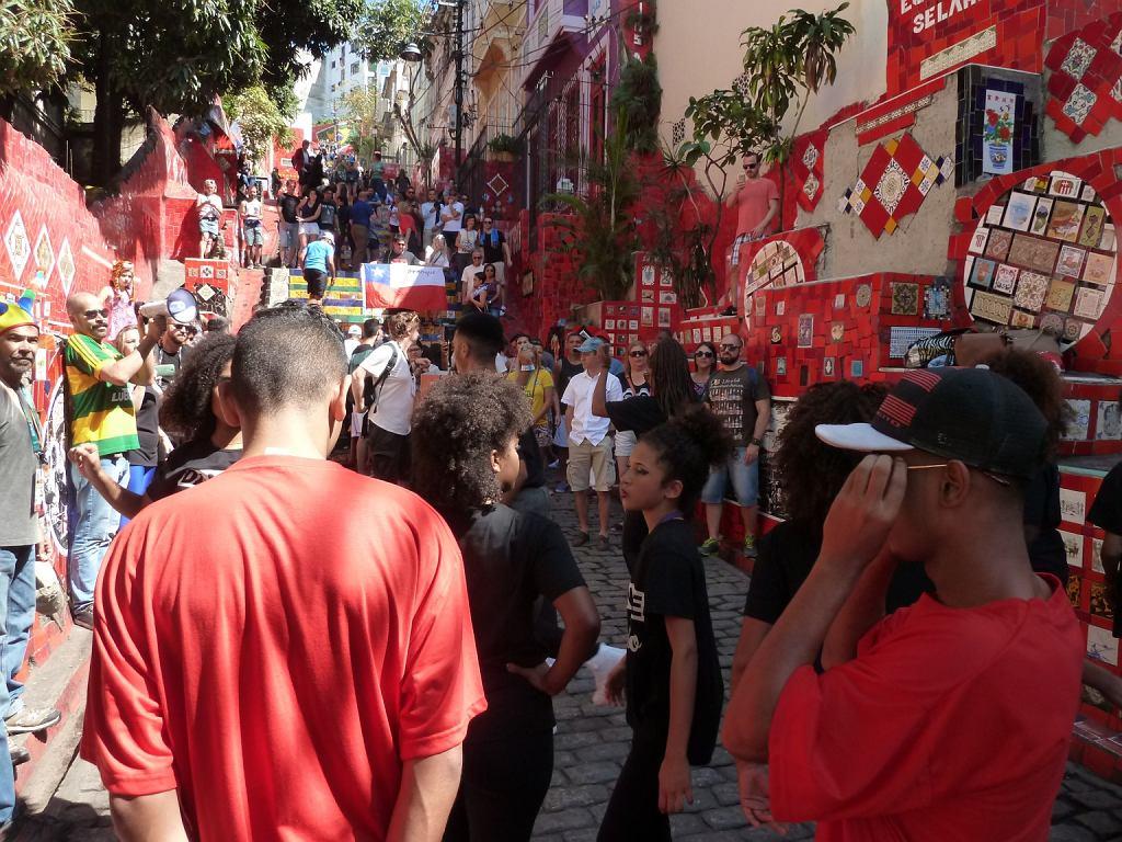 Zatłoczone schody Selaron w centrum Rio. Akurat trwa występ lokalnej grupy tanecznej