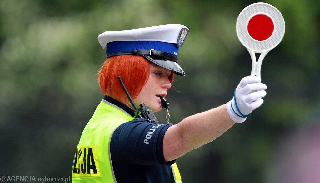 Funkcjonariuszka drogówki podczas wykonywania obowiązków służbowych