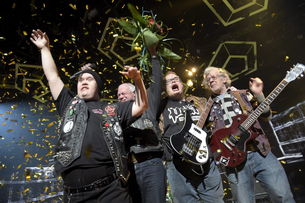 Zespół Pertti Kurikan Nimipäivät świętuje po ogłoszeniu wyników fińskich eliminacji Eurowizji