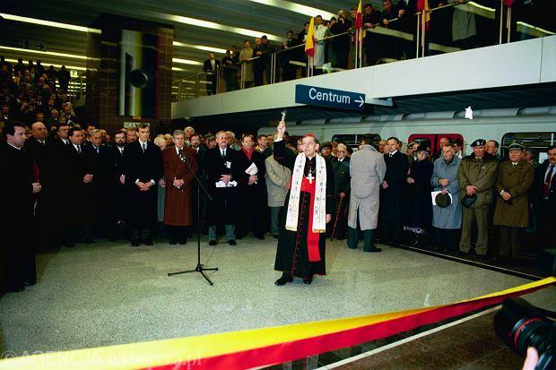 Prymas Polski kard. Józef Glemp podczas otwarcia metra 7 kwietnia 1995 roku, stacja Wilanowska