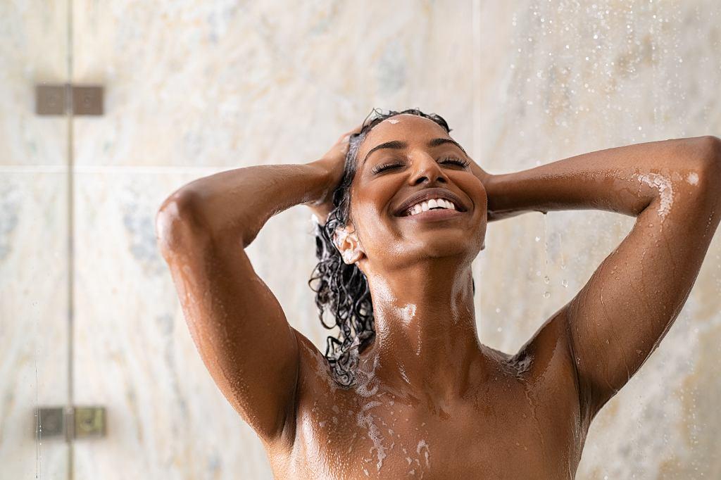 Mycie włosów szamponem w kostce
