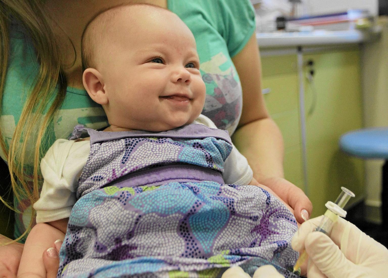 Szczepienie trzymiesięcznej Oliwii (fot. Jakub Ociepa / Agencja Gazeta)