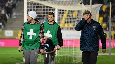 Mateusz Lewandowski podczas meczu z Górnikiem. Z prawej Dariusz Dalke - fizjoterapeuta Pogoni