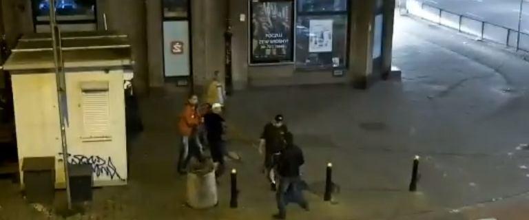 Bójka na Pradze. Mężczyzna znokautował ich dwoma ciosami. Kolega ułożył w bezpiecznej pozycji, potem okradł
