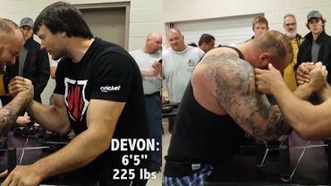 Hafthor Bjornsson oraz Devon Larratt podczas siłowania się na rękę. Źródło: Youtube