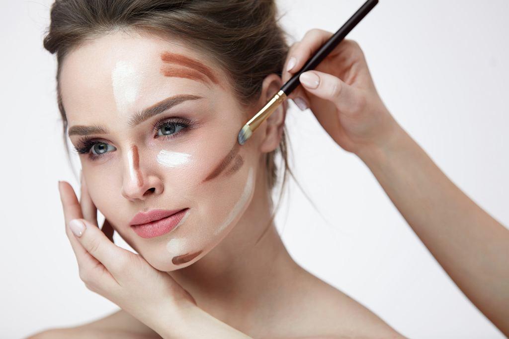 Prosty makijaż wyszczuplający twarz. Nie popełniaj tego błędu w czasie konturowania