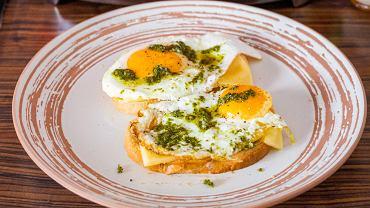 Jajka smażone z pesto są świetnym dodatkiem do kanapek