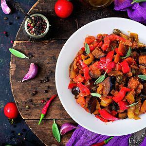 Bakłażan z papryką świetnie smakuje z ryżem, kaszą lub pieczywem