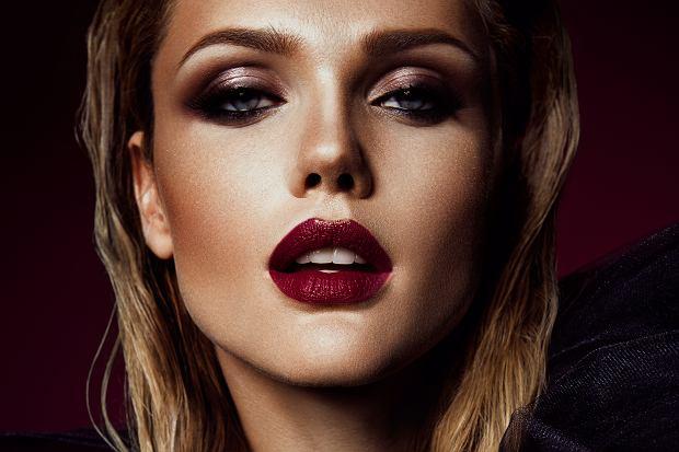 Marka Inglot jest polską firmą kosmetyczną, która ma już na swoim koncie kolekcję z Jennifer Lopez. Produktów tej marki używa wiele znanych gwiazd z Polski i za granicy. Markę na swoim Instagrmie chwaliła sama Kylie Jenner! Przyjrzałyśmy się ich produktom i wybrałyśmy same hity! Sprawdźcie koniecznie co przygotowałyśmy.