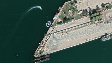 Dwa prostokątne obiekty z zaokrąglonymi rogami w centrum zdjęcia to zagrody dla delfinów. Na dole zdjęcia dwa rosyjskie okręty podwodne