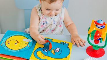 Książeczka sensoryczna wspomaga prawidłowy rozwój dziecka. Zdjęcie ilustracyjne