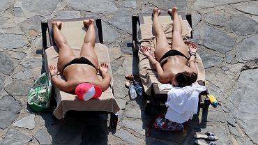 Polki chętniej opalają się topless za granicą