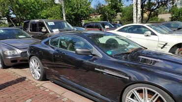 Samochody licytowane przez częstochowską skarbówkę. W tle białe Maserati Quattroporte