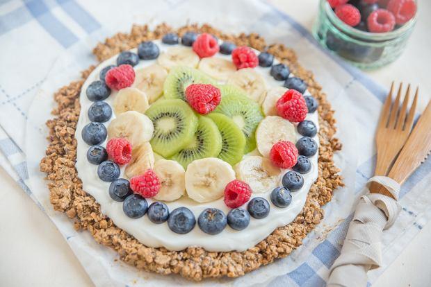 'Pizza' z granoli z jogurtem i owocami