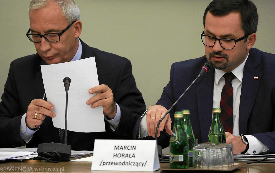 22.11.2018, przewodniczący Marcin Horała (po prawej) podczas obrad sejmowej komisji ds. VAT