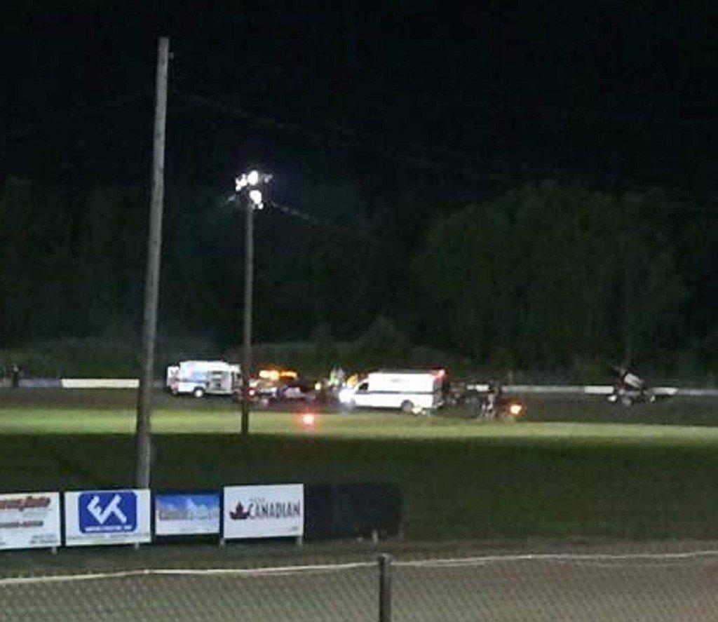Ambulans na torze Canandaigua Motorsports Park. Lekarze próbują ratować Kevina Warda