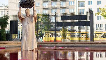 Rzeźba Jerzego Kaliny  'Zatrute źródło' w Warszawie