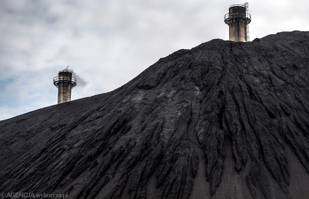 Ruda Śląska. Zwały węgla na terenie kopalni Halemba.