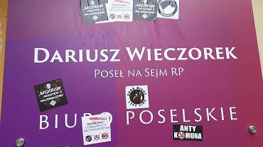 Naklejki na drzwiach do biura posła Lewicy. 'Szczecin miastem nacjonalizmu'
