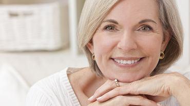Fryzury dla pań po 60-tce. Te cięcia działają niczym lifting, odmładzając o kilka lat