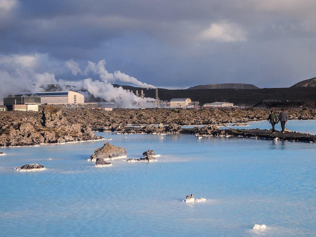 Islandia, elektrownia geotermalna Svartsengi niedaleko popularnej 'błękitnej laguny'