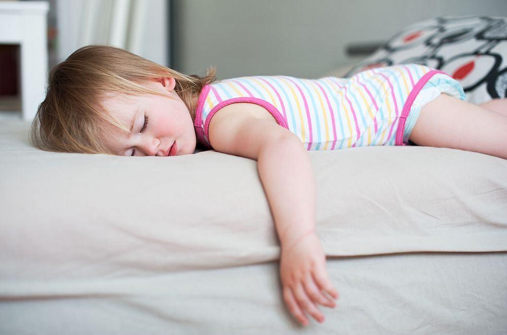 Drgawki gorączkowe dzielą się na proste i złożone. Najczęściej u dzieci występuje typ pierwszy, atak jest krótki, pojawia się drętwienie i prężenie całego ciała, chwilowa utrata przytomności i kontaktu z otoczeniem, ślinotok lub piana w ustach, może także wystąpić krótkotrwała utrata oddechu