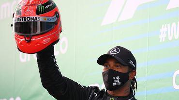 Lewis Hamilton podczas Grand Prix Eifel na torze Nurburgring dwa tygodnie temu. Gdy wówczas wyrównał rekord Michaela Schumachera, syn Niemca, Mick Schumacher, dał Brytyjczykowi kask swojego ojca.