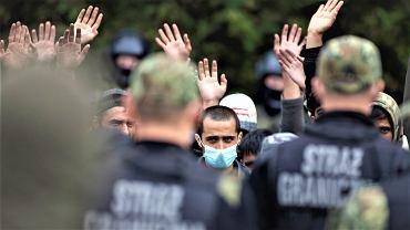 Migranci przetrzymywani od kilkunastu dni na granicy polsko - białoruskiej. Straż Graniczna nie wpuszcza ich do Polski, białoruscy pogranicznicy nie pozwalają im się cofnąć. Usnarz Górny, 19 sierpnia 2021