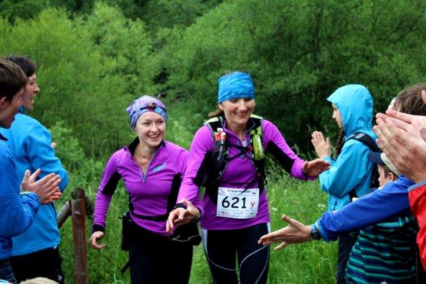 Magda Ostrowska-Dołęgowska i Justyna Frączek (Inov-8 Team) szczęśliwe wbiegają na metę