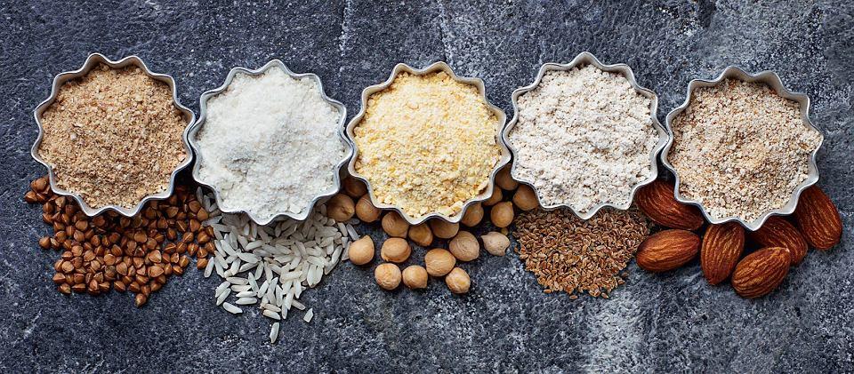 Mąki bezglutenowe. Od lewej: z kaszy gryczanej, ryżu, ciecierzycy, siemienia lnianego, migdałów