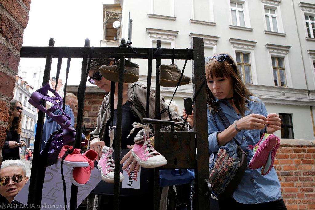 Baby Shoes Remember - upamiętnienie ofiar pedofilów w sutannach i protest organizacji feministycznych przeciwko tuszowaniu i lekceważeniu problemu pedofilii w Kościele Katolickim, Toruń 26.08.2018.