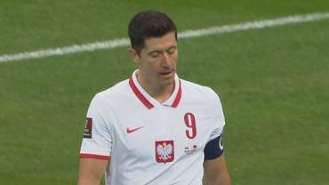 Robert Lewandowski schodzi na przerwę w meczu Polska - Albania