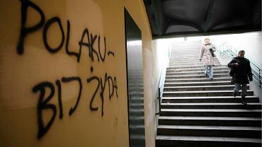 W Polsce bezkarnie można szerzyć nienawiść do gejów. Do Żydów już nie