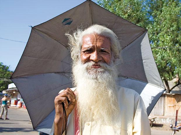 Indie - podróż po Radżasthanie, azja, podróże, Święci starcy na ulicach Mathury - miejscu przyjścia na świat boga Kryszny - są pogodni i chętnie pozują do zdjęć