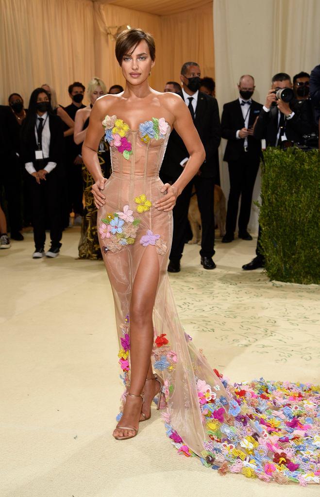 Gwiazdy w 'naked dress' na Met Gali 2021. Irina Shayk