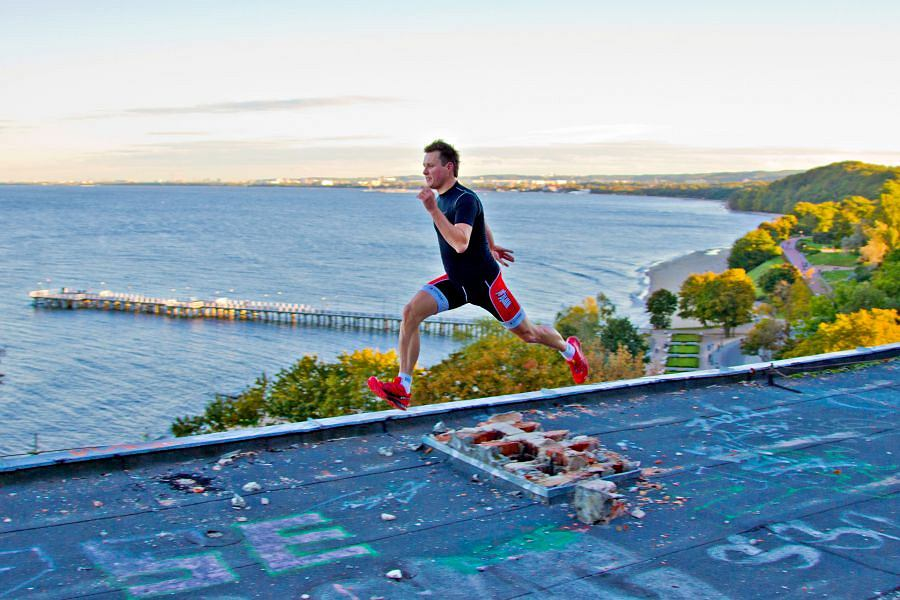 Dawid biegnie po dachu.