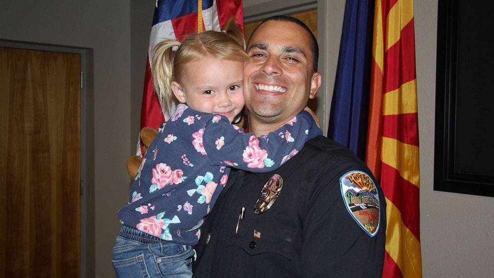 Policjant zaadoptował dziecko na służbie