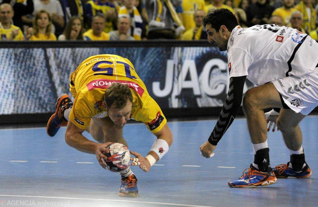 walczą o piłkę Mateusz Jachlewski i Ilija Abutovic podczas meczu Vive Tauron Kielce - Vardar Skopje
