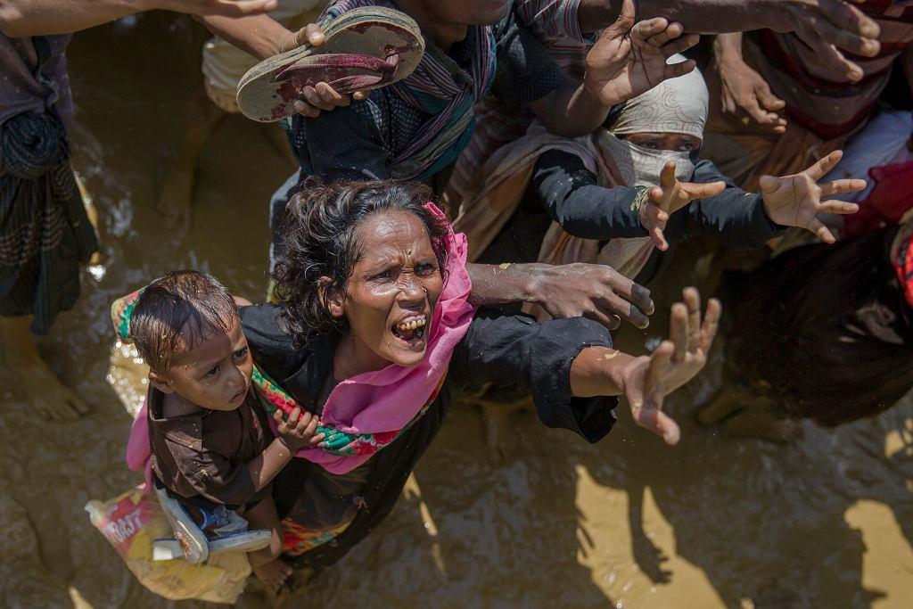 Bangladesz. Kobieta Rohingya krzyczy do wolontariuszy, którzy rozdzielają pomoc humanitarną