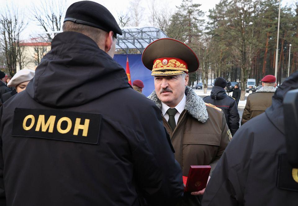 Aleksander Łukaszenka wizytuje bazę MSW w Mińsku, 30 grudnia 2020 r.