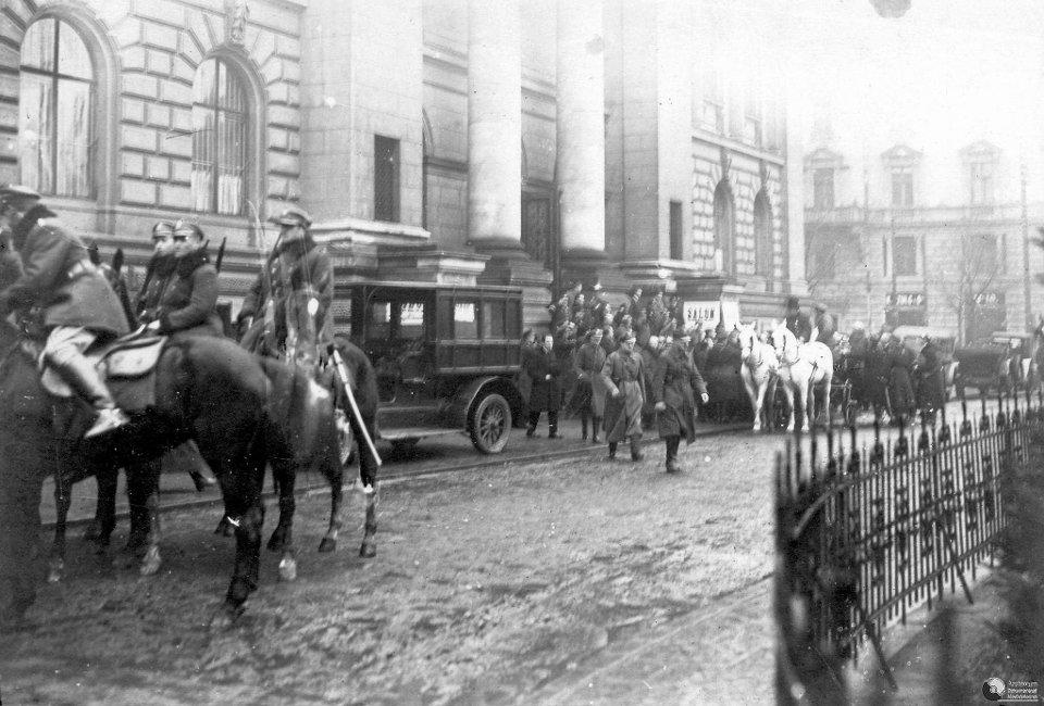 Wynoszenie zastrzelonego prezydenta Gabriela Narutowicza z Zachęty - 16 grudnia 1922 r.