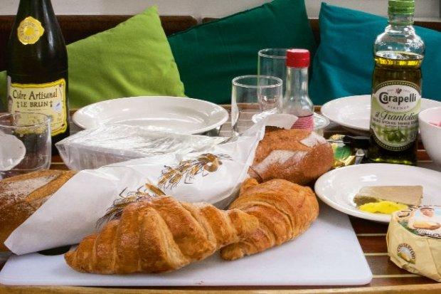 Codzienne śniadanie: świeże croissanty, chrupiące bagietki, pasztet z królika, miejscowe sery.