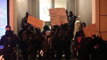 Strajk Kobiet przed komendą przy ul. Wilczej
